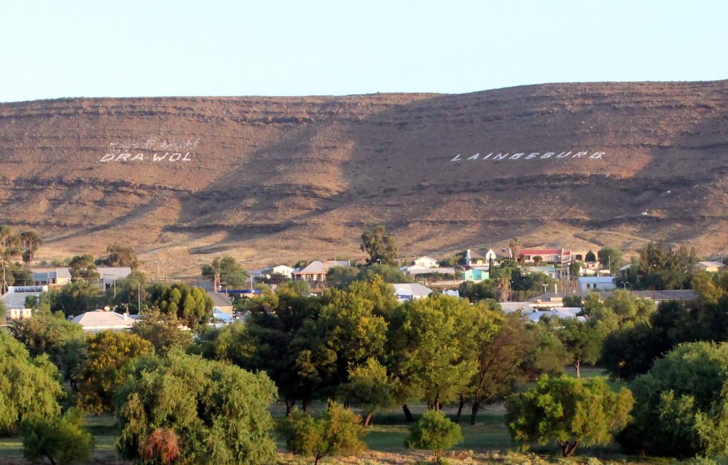 """Die woorde """"Dra Wol"""" is al jare met klippe uitgepak bokant Laingsburg. Foto: Engela Duvenage"""