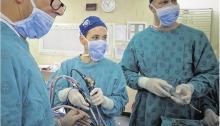 Prof. Darlene Lubbe (middel), 'n oor-neus-en-keel-spesialis van die Groote Schuur-hospitaal en die Universiteit van Kaapstad, verwyder 'n gewas teen die brein endoskopies. Links staan prof. Patrick Semple, en regs is dr. Gavin Quail. Met dié operasie hoef die pasiënt se skedel nie oopgesny te word nie. Foto's: Elsabé Brits.